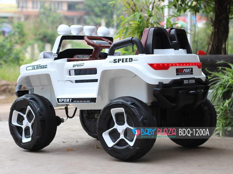 mẫu ô tô điện địa hình 4 động cơ cho bé