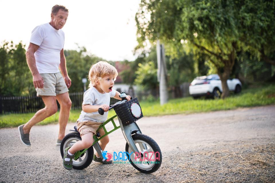 bé tập đi xe đạp